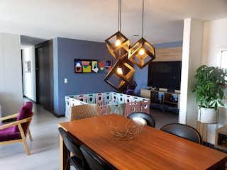 Una sala de estar llena de muebles y una televisión de pantalla plana en Apartamento en venta en Loma de Las Brujas, de 117mtrs2