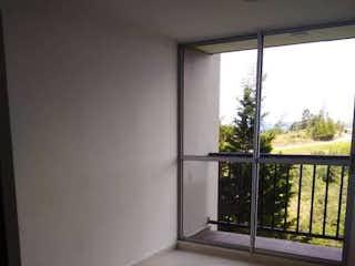 Una vista de una sala de estar desde una ventana en CEREZOS