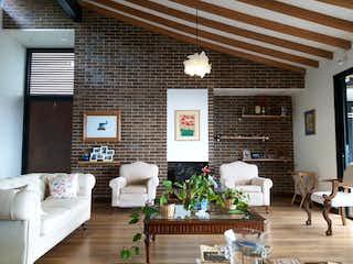 Una sala de estar llena de muebles y una chimenea en Venta de Casa Campestre Alto de Las Palmas