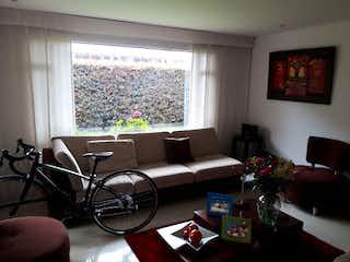 Una sala de estar llena de muebles y una televisión de pantalla plana en Casa en Venta con terraza VEREDA BOJACA de 256m2
