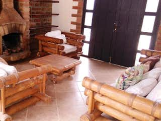 Una sala de estar llena de muebles y una chimenea en Casa en venta en Los Salados, de 300mtrs2