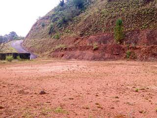 Un camino de tierra con una montaña en el fondo en BOSQUES DEL RETIRO