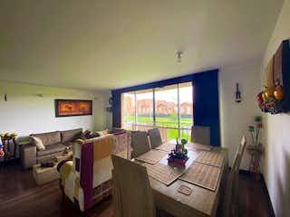 Una sala de estar llena de muebles y una televisión de pantalla plana en Apartamento en Venta HACIENDA C. BLANCA de 106m2
