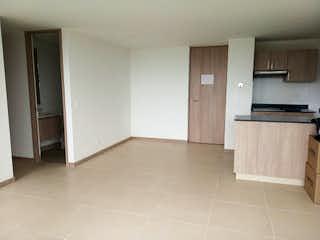 Una cocina con armarios blancos y electrodomésticos blancos en Apartamento en venta en El Rosal, 62mt con doble balcon