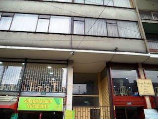Un gran edificio con una gran ventana en frente de él en Casa en venta en Barrio Teusaquillo, 123m²