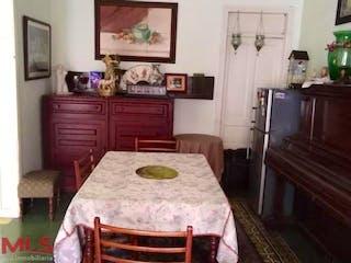 Un dormitorio con una cama un tocador y un televisor en Casa en venta en Prado, de 243mtrs2