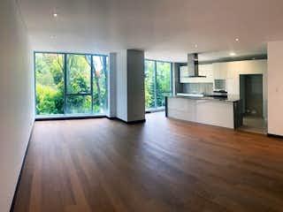 Una cocina con suelos de madera y una gran ventana en Quintessence Virrey