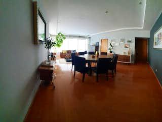 Una sala de estar llena de muebles y una mesa en Hacienda del Cuervo
