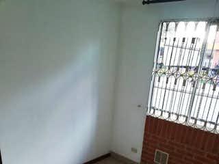 Un cuarto de baño con un inodoro y una ventana en Apartamento En Venta Gran Granada de 65m2