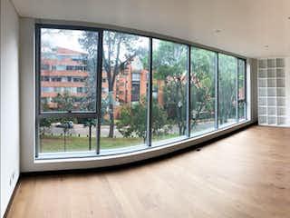 Una vista de una sala de estar con un gran ventanal en Quintessence Museo