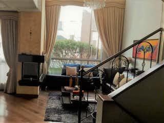 Una sala de estar llena de muebles y una ventana en Conjunto Villas Santa Teresa