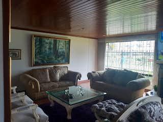 Una sala de estar llena de muebles y una gran ventana en Apartamento en venta en Ciudad Salitre de 232m2