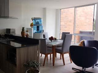 Una cocina con una mesa y una estufa en RIOGRANDE HABITA