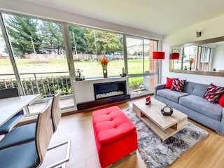 Una sala de estar llena de muebles y una televisión de pantalla plana en Miramont Park