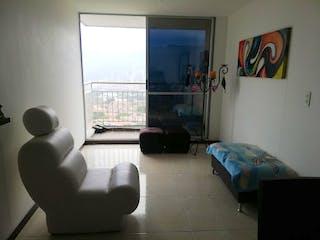 Una sala de estar llena de muebles y una ventana en TUKANA