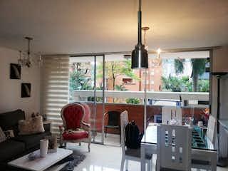Una sala de estar llena de muebles y una ventana en VITENZA