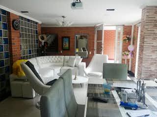 Una sala de estar llena de muebles y una ventana en san agustin