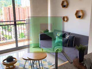 Una sala de estar llena de muebles y una gran ventana en NORDICA P.H