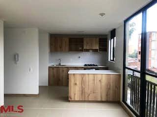 Una cocina con un lavabo y una ventana en Toledo