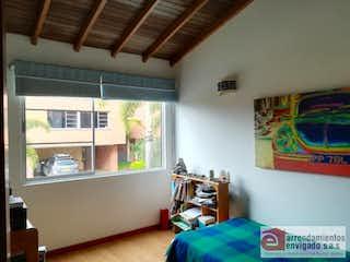 Un dormitorio con una cama y una ventana en él en RESERVA DE SAN JORGE