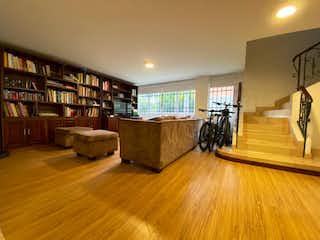 Una sala de estar llena de muebles y un estante de libros en Casa en venta en Loma de Las Brujas, de 250mtrs2