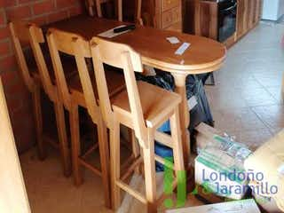 Una mesa de madera y sillas en una cocina en Apartamento en venta en Casco Urbano El Retiro, de 53mtrs2