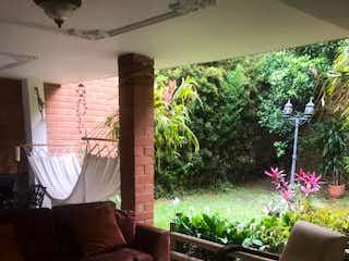Una sala de estar llena de muebles y una planta en maceta en AGUA FRESCA