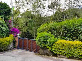 Un jardín con un gran jardín de flores en VENDO CASA CON LOTE EN EL ALTO DEL ESCOBERO PARCELACIN ROBLEALTO