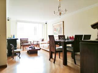 Una sala de estar llena de muebles y una televisión de pantalla plana en Gratamira