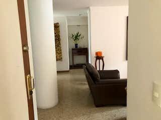 Una sala de estar llena de muebles y una chimenea en Apartamento en venta en Simón Bolívar de tres alcobas
