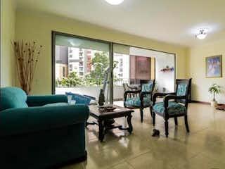 Una sala de estar llena de muebles y una ventana en Apartamento en venta en Universidad Medellín, 127mt con balcon