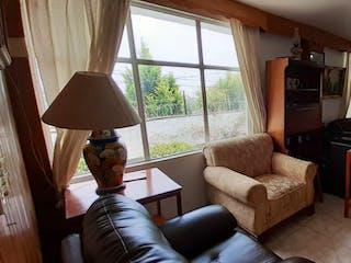 Una sala de estar llena de muebles y una televisión de pantalla plana en Casa en venta en San Francisco, La Magdalena Contreras