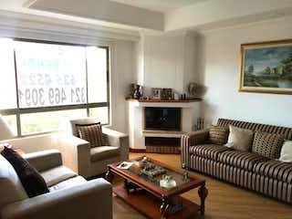 Una sala de estar llena de muebles y una chimenea en Conjunto Eucalliptos de la Colina P.H Interior 2