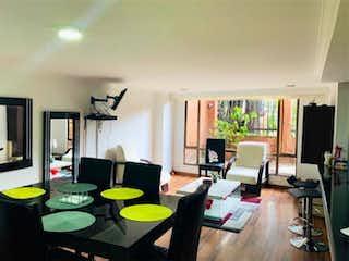 Una sala de estar llena de muebles y una televisión de pantalla plana en Apartamento en venta en El Refugio de dos habitaciones