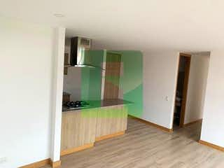 Una cocina con suelos de madera y paredes verdes en Apartamento en venta en San Antonio de Pereira, 81mt con balcon