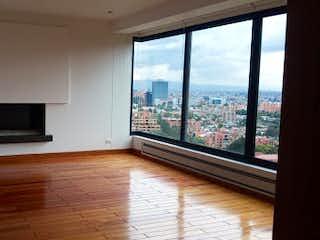 Una sala de estar con una gran ventana y una televisión de pantalla plana en guadalquivivir