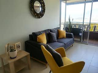 Una sala de estar llena de muebles y una gran ventana en Apartamento en venta en El Rincón de tres habitaciones