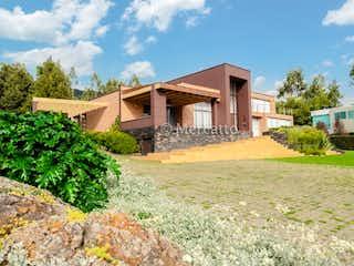 Una casa que está sentada en la hierba en Venta Casa La Calera