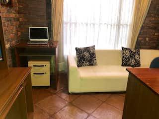 Una sala de estar llena de muebles y una televisión de pantalla plana en Casa en venta en Canelón, de 375mtrs2