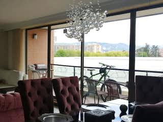 Una sala de estar llena de muebles y una ventana en Torres de la Colina