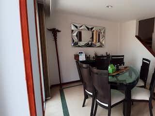 Una sala de estar llena de muebles y una televisión de pantalla plana en Casa en venta en La Abadía de 186mts, tres niveles