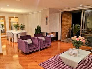 Una sala de estar llena de muebles y una planta en maceta en Apartamento en Venta C. Blanca Suba de 196m2