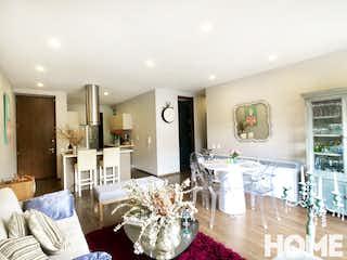 Una sala de estar llena de muebles y una mesa en Apartamento en venta en Chicó Reservado de 145m2