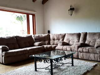 Una sala de estar llena de muebles y una ventana en Casa en venta en Altos de la Pereira, de 350mtrs2