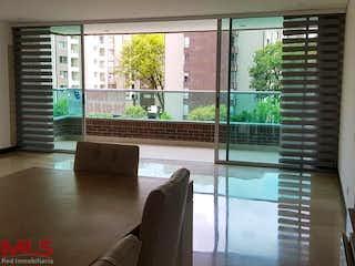 Una sala de estar llena de muebles y una ventana en Prados de Zúñiga