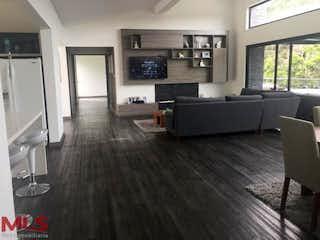 Una sala de estar llena de muebles y una televisión de pantalla plana en Mirador de la Represa