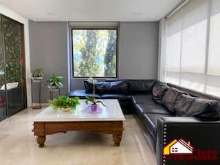 Una sala de estar llena de muebles y una gran ventana en CALLEJA DE LALINDE