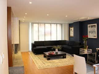 Una sala de estar llena de muebles y una televisión de pantalla plana en Edificio AZAHARA 94