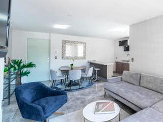 Una sala de estar llena de muebles y una mesa en Torres Boulevares