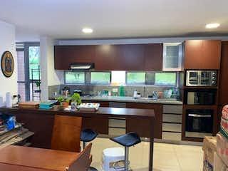 Una cocina que tiene un montón de armarios en ella en URB. CONTEMPORA